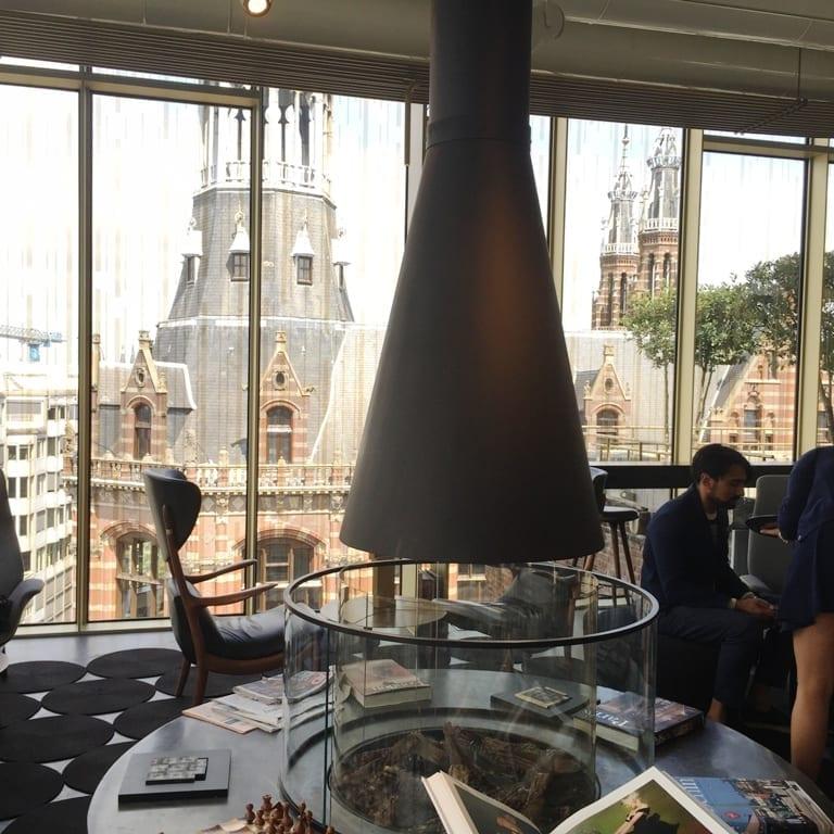גג המגנה פלאזה נשקף דרך חלונות הW
