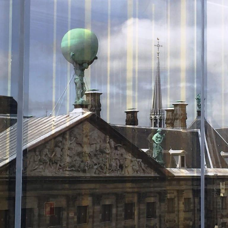 השתקפות גג ארמון המלך בחלונות הW