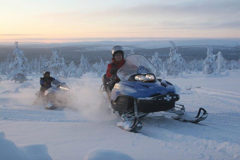 אופנועי שלג. טיול מאורגן ללפלנד של קשרי תעופה