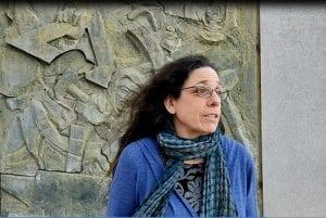אורה גזית מובילת סיורי אמנות קיר בחיפה