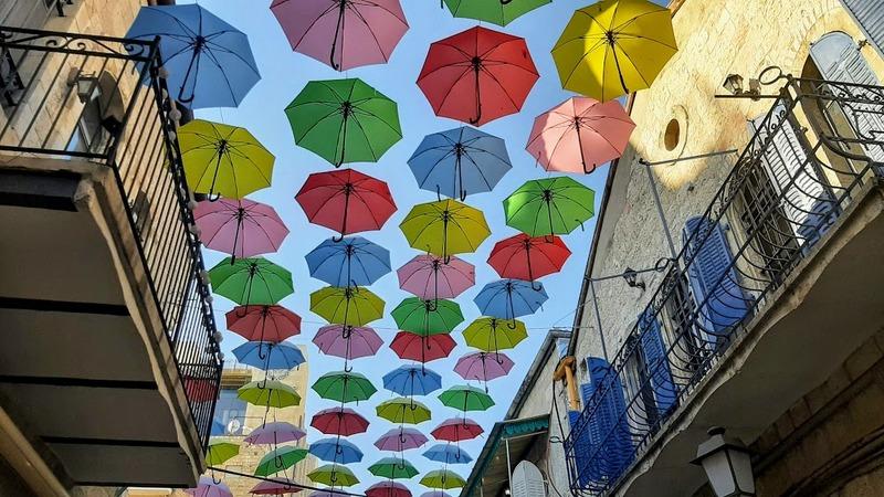 ירושלים עם ילדים ונוער מטריות במדרחוב